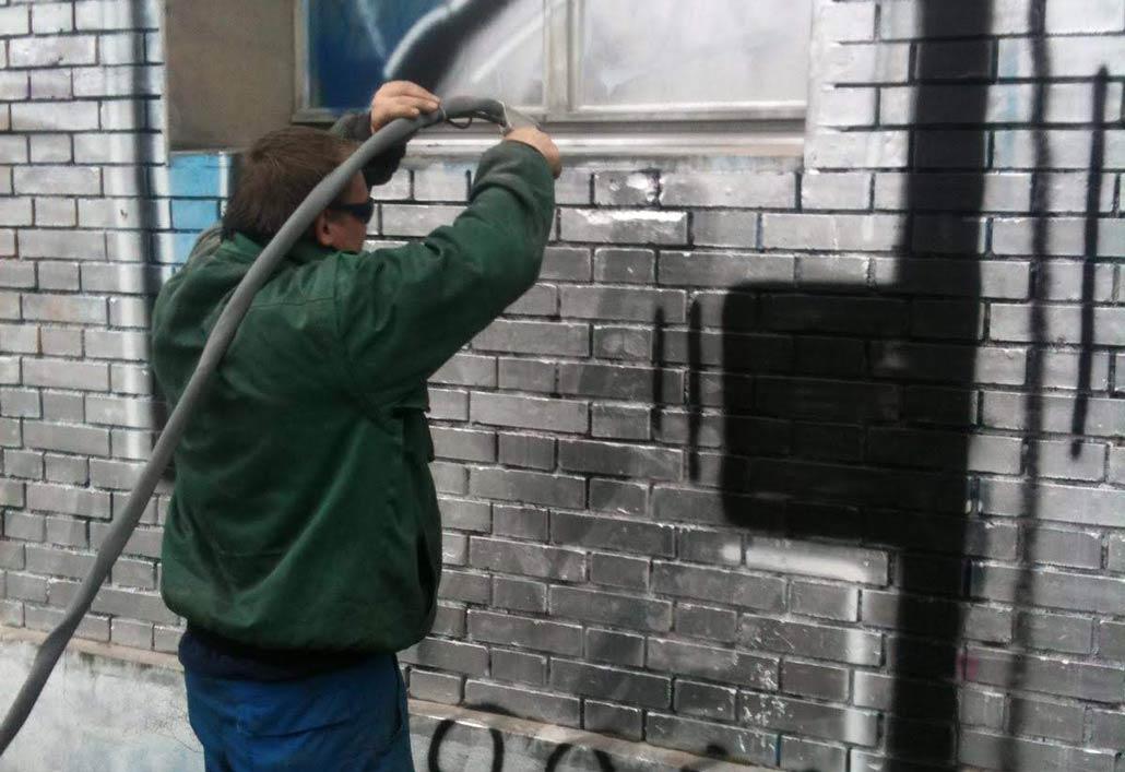 Häfliger Graffitireinigung mit Sandstrahler