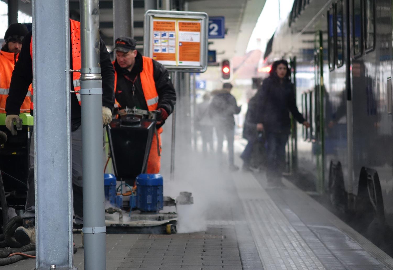 Häfliger Kaugummientfernung bei BLS Bahnhof